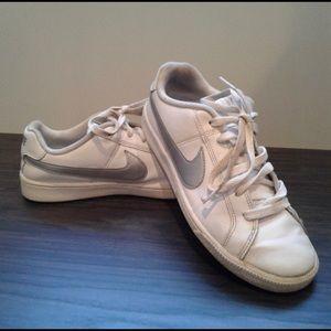 White Nike Sneakers 7.5
